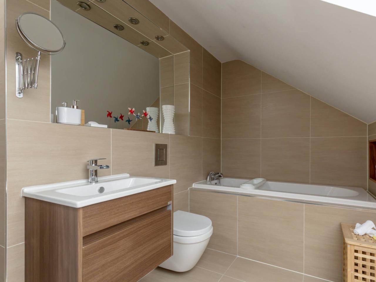 Calton Ensuite with bath